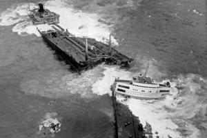Echoué le 18 mars 1967, le Torrey Canyon se brise en deux le 26 mars.