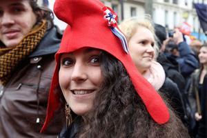 Un bonnet phrygien en guise de symbole de réprobation de la «caste» en place.