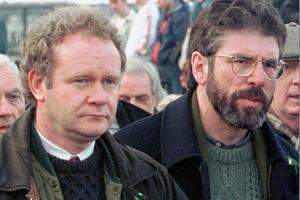McGuinness a été négociateur des accords de 1998. Ici au côté du chef du Sinn Féin, Gerry Adams.