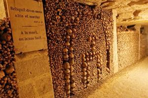 Les décors étaient laissés à la liberté des ouvriers. Catacombes de Paris.