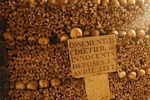 C'est en 1785 que l'évacuation du cimetière des Innocents, vers les Catacombes, est décidé par arrêté.