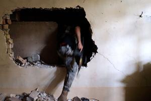 Pour passer d'une maison à l'autre, les forces de l'ordre ont démoli les murs à coups de masse.