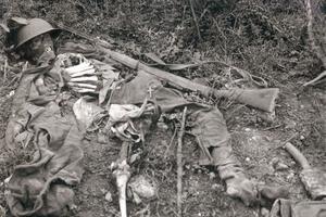 Les restes d'un soldat anglais sur le Chemin des Dames