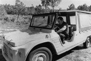 François Mitterrand au volant de sa Méhari à Château-Chinon, dans la Nièvre.