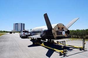 Le moteur ionique testé en vol est visible à l'arrière de la petite navette, protégé par un couvercle blanc.