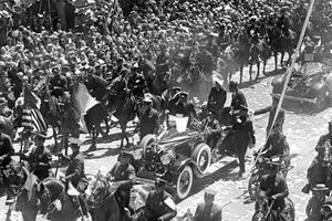 L'aviateur Charles Lindbergh le 13 juin 1927 dans une voiture lors de la parade organisée à New York apres sa traversée de l'Atlantique.
