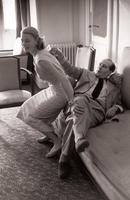 C'était il y a 61 ans, c'était hier: Roberto Rossellini et sa femme Ingrid Bergman se préparent dans leur chambre d'hôtel à la montée des marches pour la cérémonie de clôture de la 9e édition du Festival