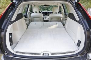 Les sièges rabattus forment un plancher plat.