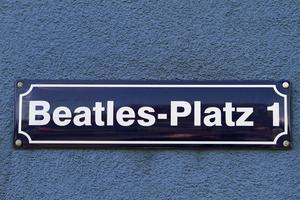 Au bout delaReeperbahn, onatteint la Beatles-Platz. Les quatre garçons deLiverpool ont contribué àlanotoriété delavilledans lesannées1960.