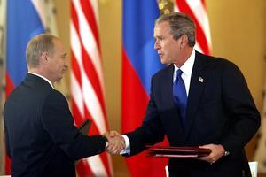 Poignée de mains entre Vladimir Poutine et George W. Bush le 24 mai 2002 avec la signature du traité SORT à Moscou.