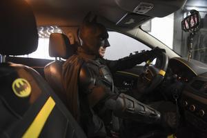Le Batman argentin dans sa Renault customisée. Crédits photo: EITAN ABRAMOVICH / AFP