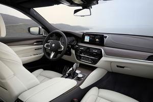 L'ambiance typiquement BMW intègre un écran central plus vertical.