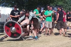 Deux festivaliers se «battant» au milieu de la foule.