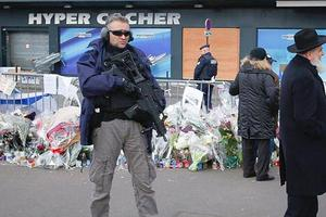 Un policier devant l'Hyper Casher, le 21 janvier 2015