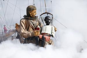 Les retrouvailles émouvantes du Scaphandrier et de son fils adoptif, le Petit Géant noir, apparu pour la première fois au Havre en 1998.