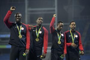 Les médaillés d'or du 4x400 m à Rio, Gil Roberts, le deuxième en partant de la gauche