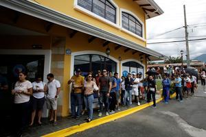 Les bureaux de vote ont fermé plus tard que prévu alors que nombre de Vénézuéliens faisaient encore la queue pour voter.