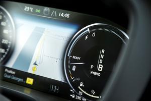 Un cadran indique la consommation d'énergie électrique et le taux de régénération au freinage.