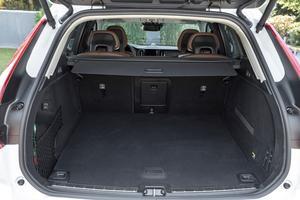 Le coffre, amputé par la présence du moteur sous le plancher, manque de hauteur.