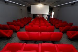 Les sièges sont confortables. La moquette grise est impeccable.