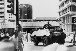 La police ouest-allemande patrouille dans le village olympique en véhicule blindé lors des JO de Munich le 5 septembre 1972.
