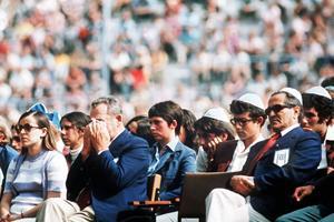 L'équipe olympique israélienne lors de la cérémonie solennelle au stade Olympique à Munich le 6 septembre 1972.