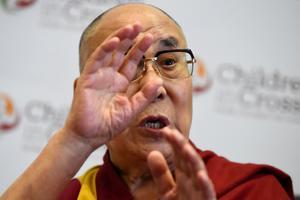 Le dalaï-lama appelle Suu Kyi à une solution pacifique.