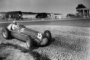 Le coureur automobile Juan Manuel Fangio remportant le Grand prix d'Europe sur le circuit de Reims-Gueux en 1951.