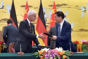 Matthias Müller, le président de Volkswagen, signant un accord en Chine. Volkswagen compte vendre 1,5millions de véhicules dans l'Empire du Milieu en 2025.