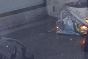 Des photos postées sur Twitter montrent un seau en flammes dans un sac en plastique sur le sol de la rame qui ne semble pas avoir été endommagée par l'explosion.