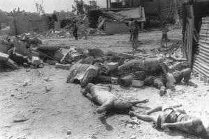 Les corps des réfugiés palestiniens tués dans le camp de Sabra au Liban en septembre 1982.