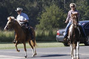 Roy Moore et sa femme Sassy se rendent à leur bureau de vote à cheval