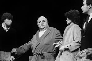 Georges Caudron, Bernard Blier, Anne Deleuze et Éric Desmarestz dans la pièce de Jean Anouilh «Le nombril» présentée au théâtre de l'Atelier le 21 septembre 1981.