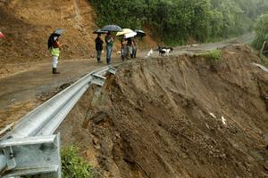 Au Costa Rica, de nombreux axes routiers sont impraticables (Juan Carlos Ulate / Reuters).