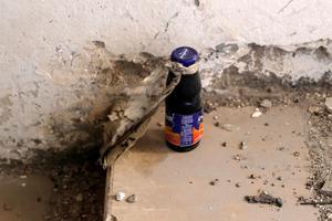 Une bombe a été confectionnée dans cette bouteille de jus de fruits. Ella été retrouvée près d'un bunker de l'EI.