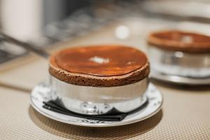Au Shirvan Café Métisse (VIIIe), Akrame Benallal propose unsavoureux souffléchocolat à la fleur de sel-safran-marmelade d'orange.