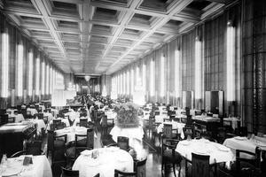 La grande salle à manger de la première classe (style art déco) sur le paquebot transatlantique «Normandie» dans les années 30.