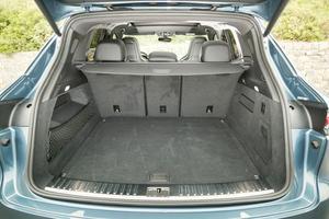 Avec un volume de 770 l (745 l pour la version Turbo), le Cayenne possède une véritable vocation familiale.