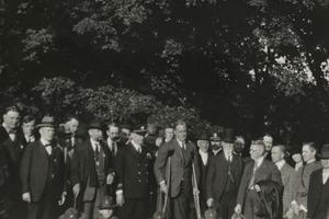Franklin Roosevelt sur des béquilles au milieu d'un groupe des hommes à Pittsburgh en 1924.