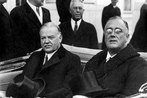 Franklin D. Roosevelt (à droite) lors de l'inauguration de son premier mandat le 4 mars 1933, avec son prédecesseur l'ancien président Herbert Hoover.