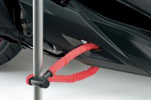 Un cache ajouré permet de passer une chaîne directement au travers du carénage autour d'un objet immobile et solidement ancré (poteau ou grille, par exemple).