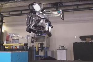 Les nombreux capteurs, les actionneurs et le traitement de l'information en temps réel ont permis à Atlas d'effectuer ce salto.