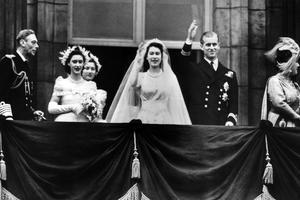 La princesse Elizabeth Windsor et Philip Mountbatten sur le balcon du palais de Buckingham, avec les membres de la famille royale, le 20 novembre 1947.