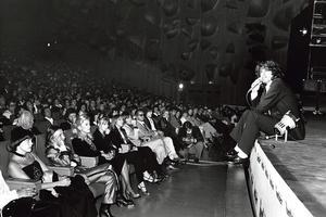 À la générale duPalais des congrès, on reconnaît notamment au premier rang Mireille Mathieu, Catherine Deneuve, Miou-Miou...