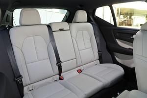 Les sièges arrière manquent d'épaisseur et leur assise est trop courte.