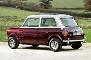 Cette Austin Mini a également tourné dans plusieurs téléfilms britanniques après sa cession par Ringo fin 1968.
