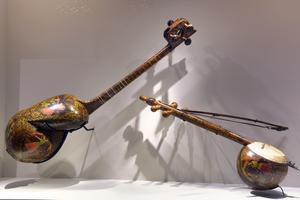 Un luth et un violon iraniens exposés à l'Institut du monde arabe en 2012-2013.
