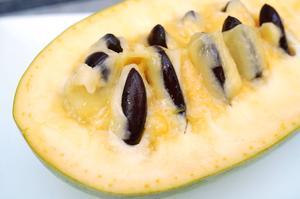 La chair du fruit de l'asiminier a goût de mangue et de banane.