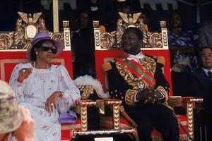 L'empereur Bokassa Ier et son épouse le deuxième jour des festivités de son couronnement le 5 décembre 1977.