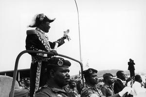 L'empereur centrafricain Bokassa Ier debout sur une jeep le 5 décembre 1977.